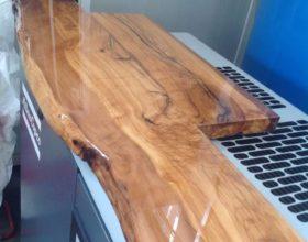 Resina vetrificante su un tavolo di legno