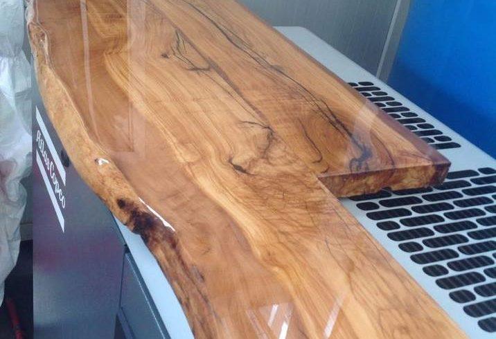 Resina vetrificante su un tavolo di legno resine for Tavolo resina epossidica