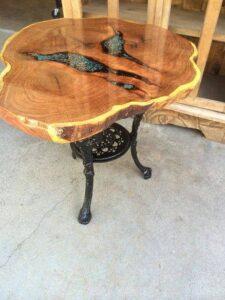 Un vecchio tronco di legno torna a nuova vita grazie alla resina ed al pigmento fluorescente.